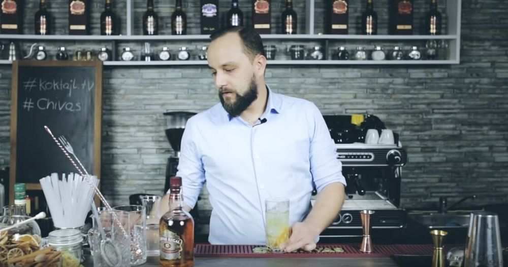 Chivas Collins. Prosty drink z whisky i lemoniadą.