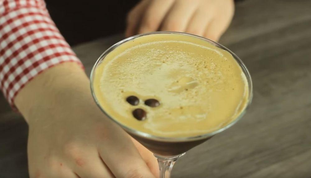 COFFEE MARTINI - koktajl na bazie kawy i likieru czekoladowego.