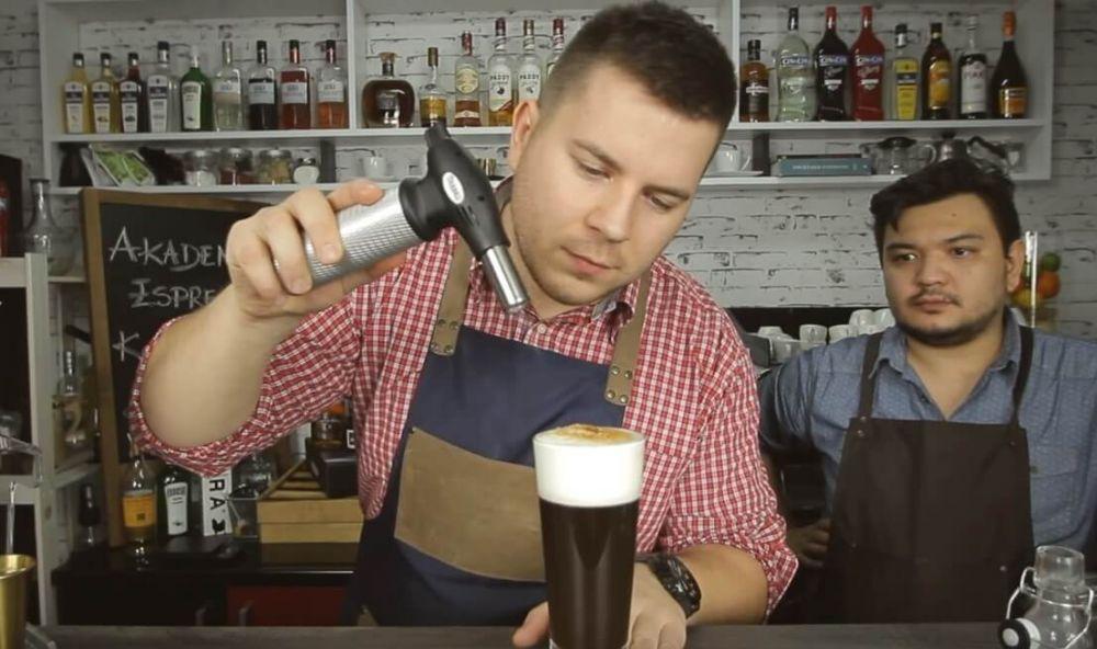 Przepis na kawę irlandzką z whisky.