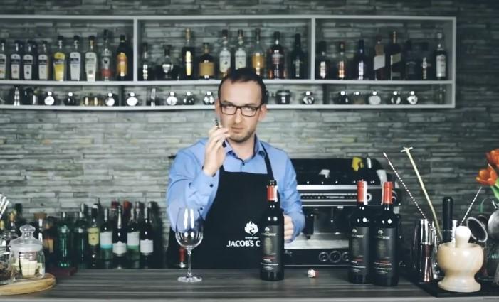 Jak otworzyć butelkę wina - porady ambasadora marki Jacob's Creek.