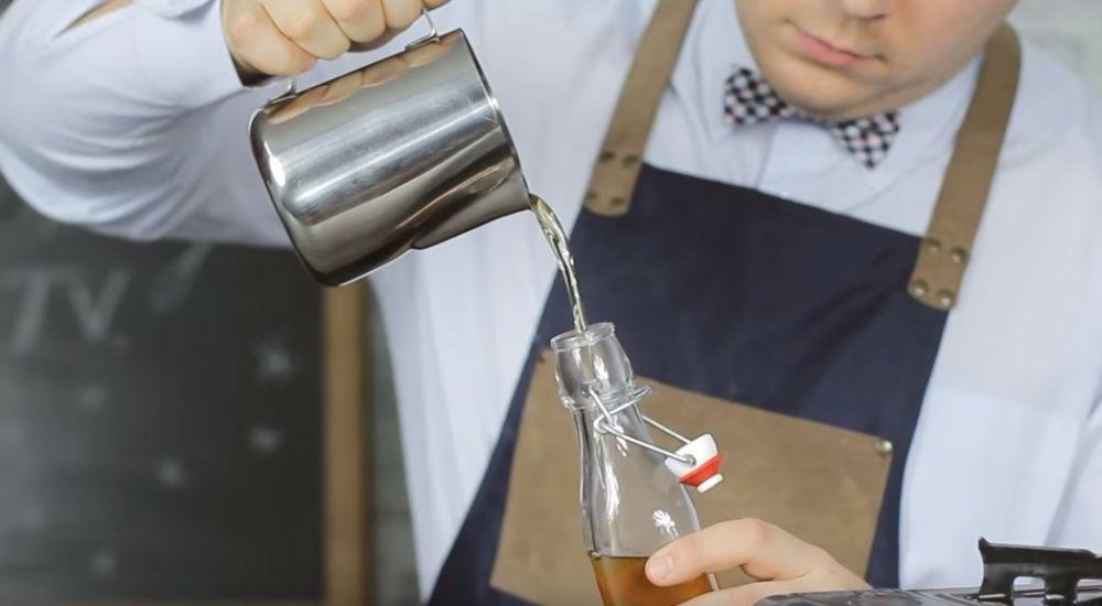 Jak zrobić syrop miodowy do herbaty, kawy i drinków.