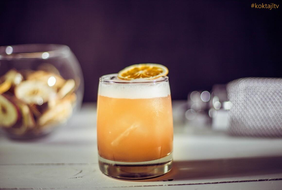 Aperol Sour - przepis na letniego drinka z Aperolem i cytryną.