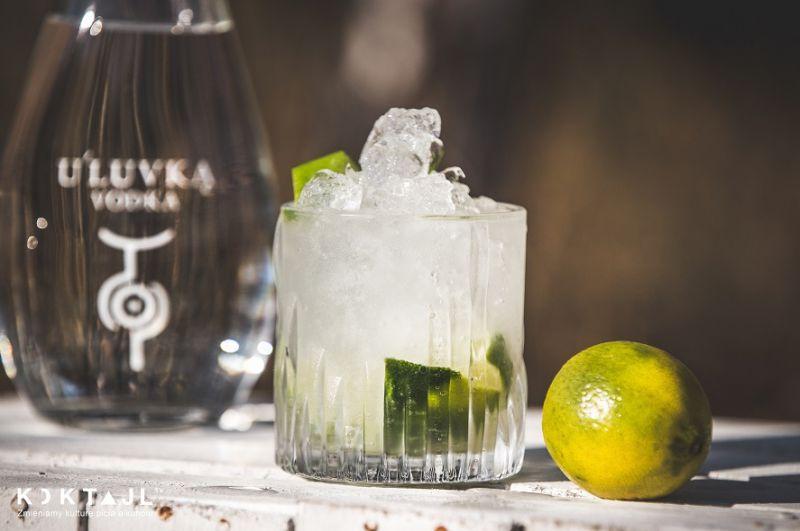 CAIPIROSKA - przepis na prostego drinka z limonką i cukrem trzcinowym.