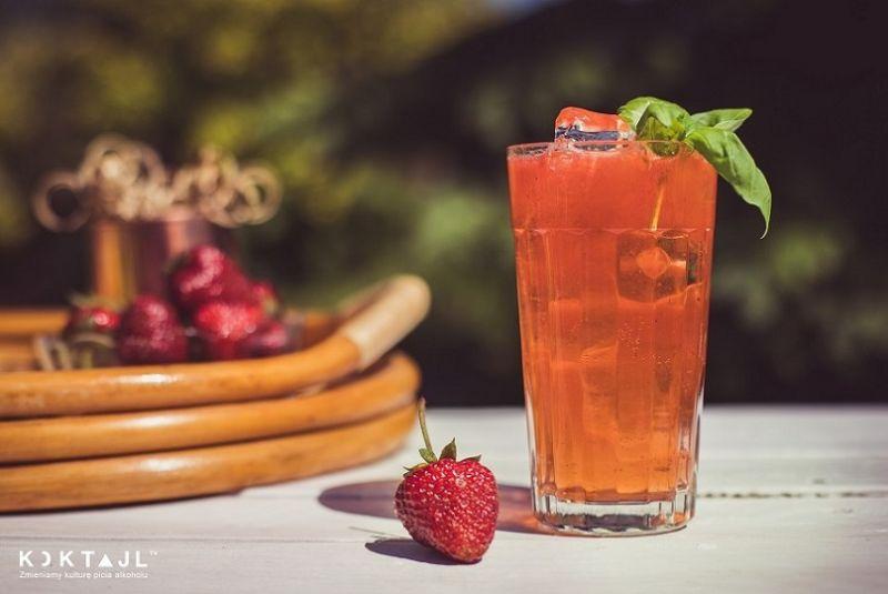 Strawberry Basil Mule - drink z truskawkami, wódką i bazylią