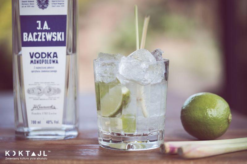 Caipirovska z trawą cytrynową. Smaczny drink z trawy cytrynowej.