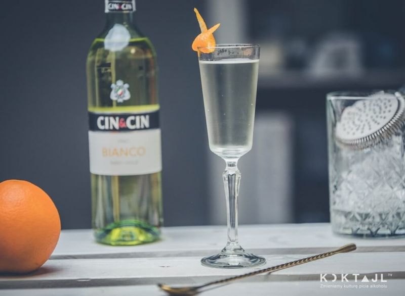 Drink ze słodkim winem bianco z dodatkiem ginu i toniku