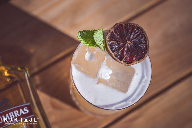 Pigwowa wódka Sour. Smaczny drink z wódką pigwową.