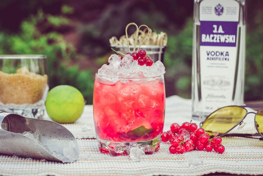 Porzeczkowa Caipiroska - orzeźwiający, prosty drink z czerwoną porzeczką.