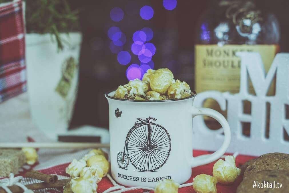Przepis na gorącą czekoladę z whisky i popcornem karmelowym.