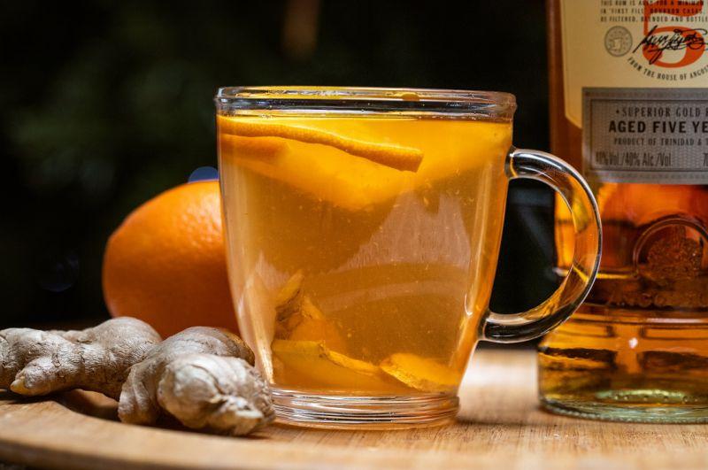 Herbata z rumem i dodatkami na gorąco
