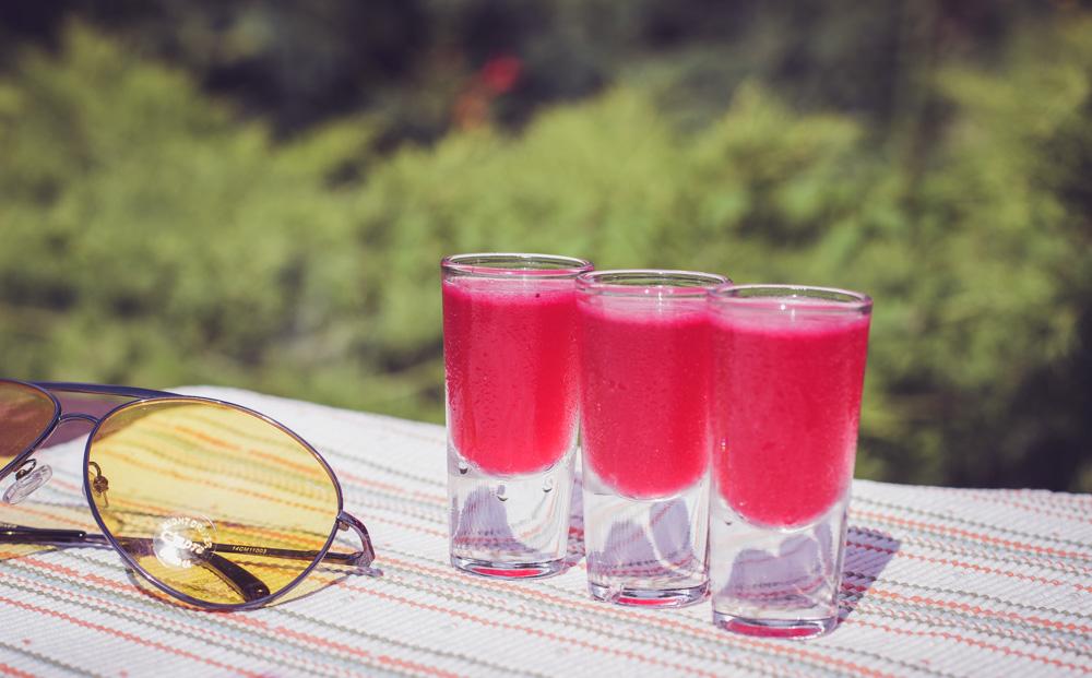 Jak zrobić jagodowe Kamikaze - kolorowe shoty z wódką.