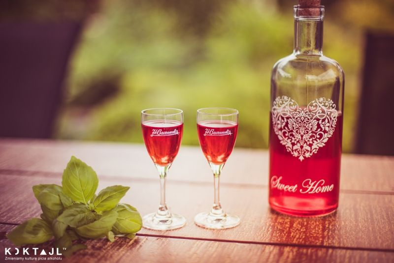 Przepis na różowy gin. Pink Gin infuzowany truskawkami.
