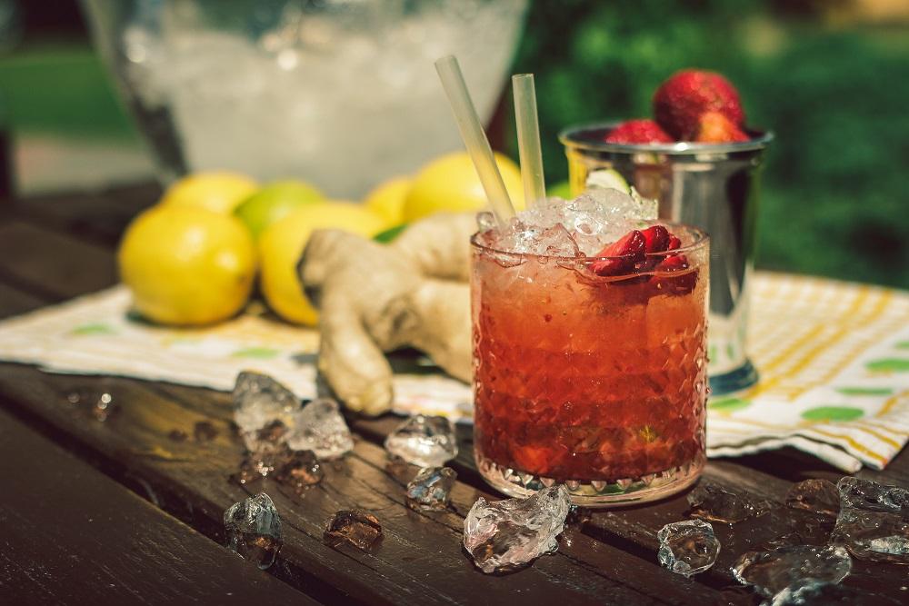 Truskawkowa Caipiroska - prosty drink z wódką  i truskawkami.