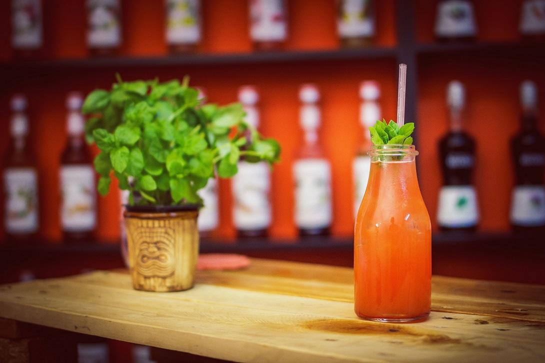 Red Screwdriver - drink z wódką i sokiem z czerwonych pomarańczy.