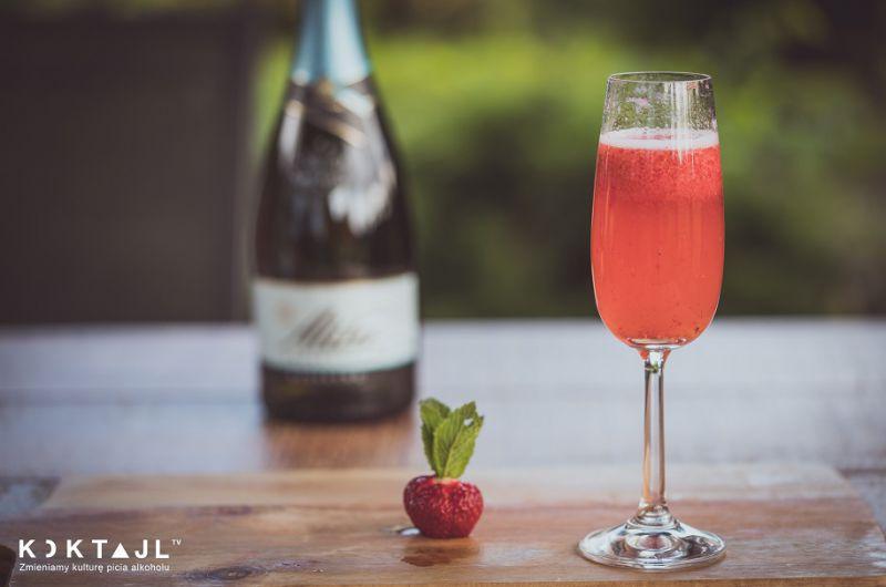 Truskawkowe bezalkoholowe Bellini - drink na każdą okazję.