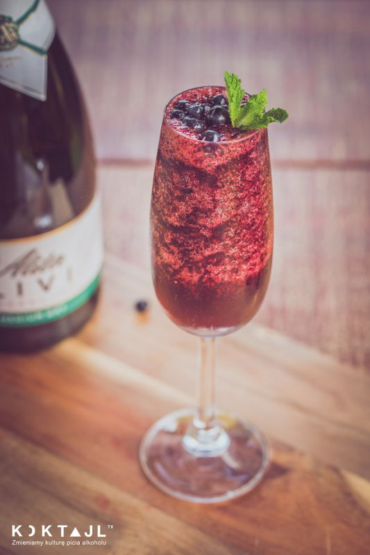 Jagodowy drink bez alkoholu z blendera