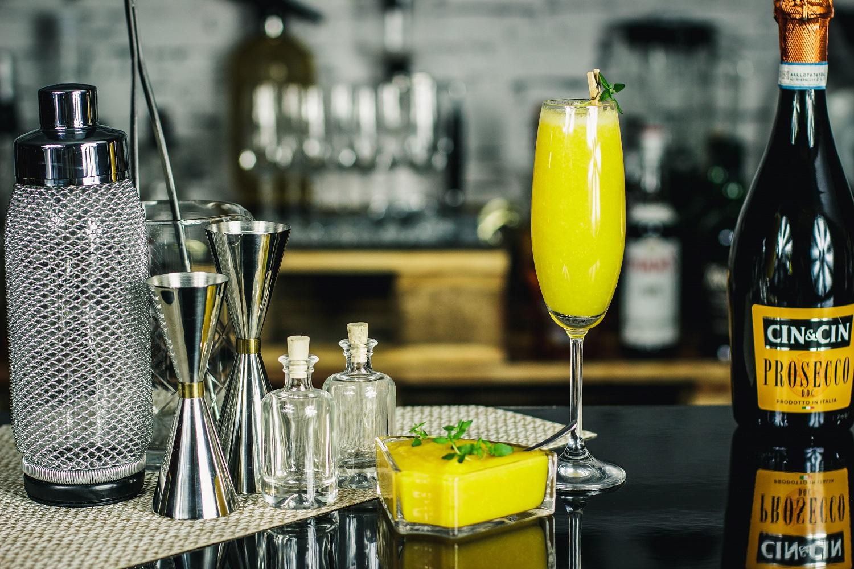 Bellini - orzeźwiający kobiecy drink z brzoskwiniami.