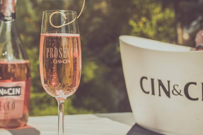 Jesienny drink Cin&Cin Secco Rose z dodatkiem borówek.