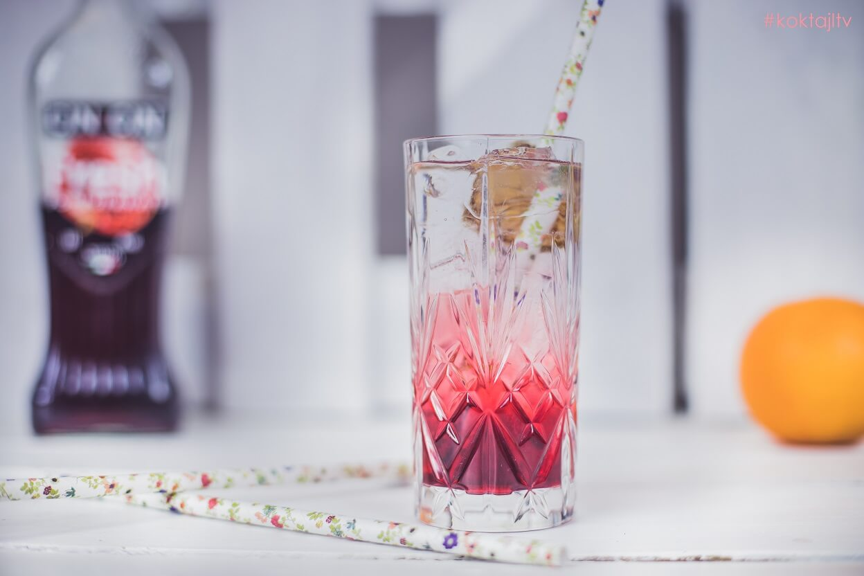 Cin&Cin Fresh Pomegranate z wodą gazowaną i sokiem z limonki.
