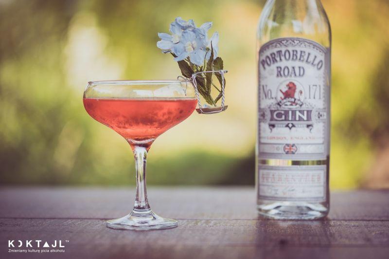 Gin w truskawce - przepis na drinka z ginem i truskawką