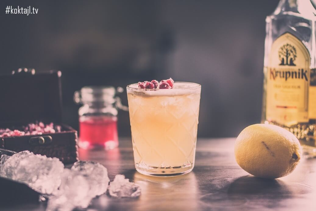 Krupnik Sour - orzeźwiający drink z likierem miodowo-korzennym.