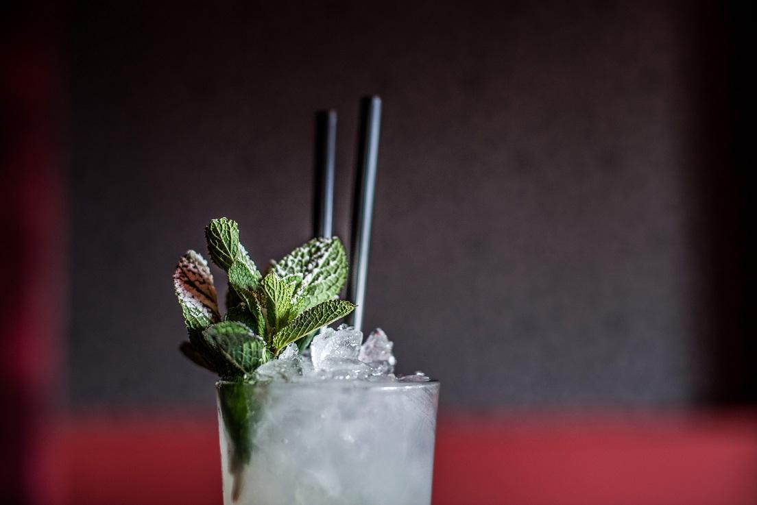 Bezalkoholowe Mojito - przepis na drinka z miętą i limonką.
