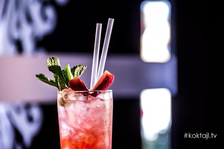 Truskawkowa Rozkosz - drink z rumem i truskawkami