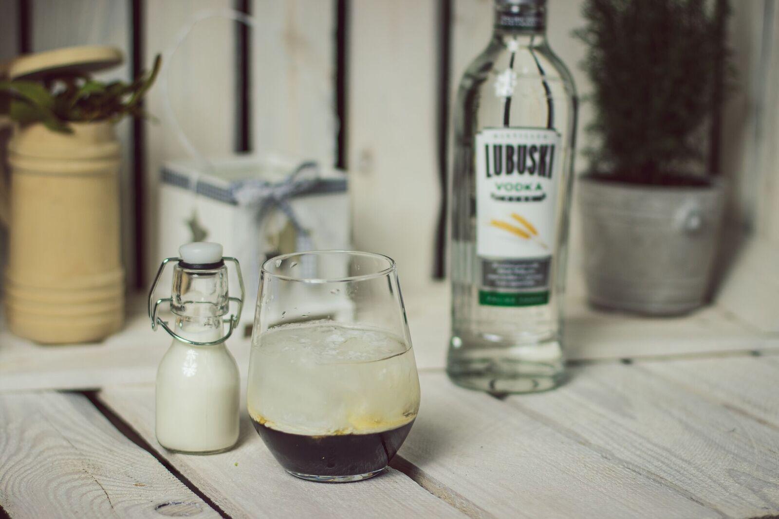 WHITE RUSSIAN - deserowy koktajl z wódką i likierem kawowym