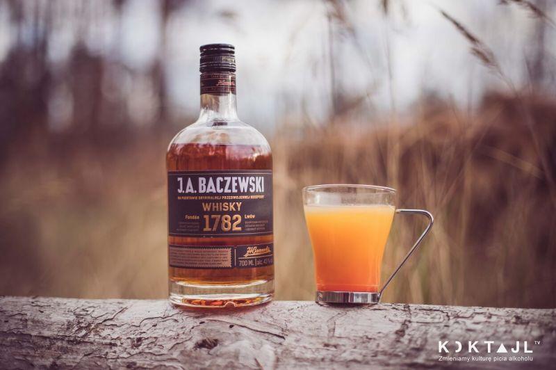 Smaczny grzaniec z whisky i sokiem jabłkowym - zwieńczenie spaceru!