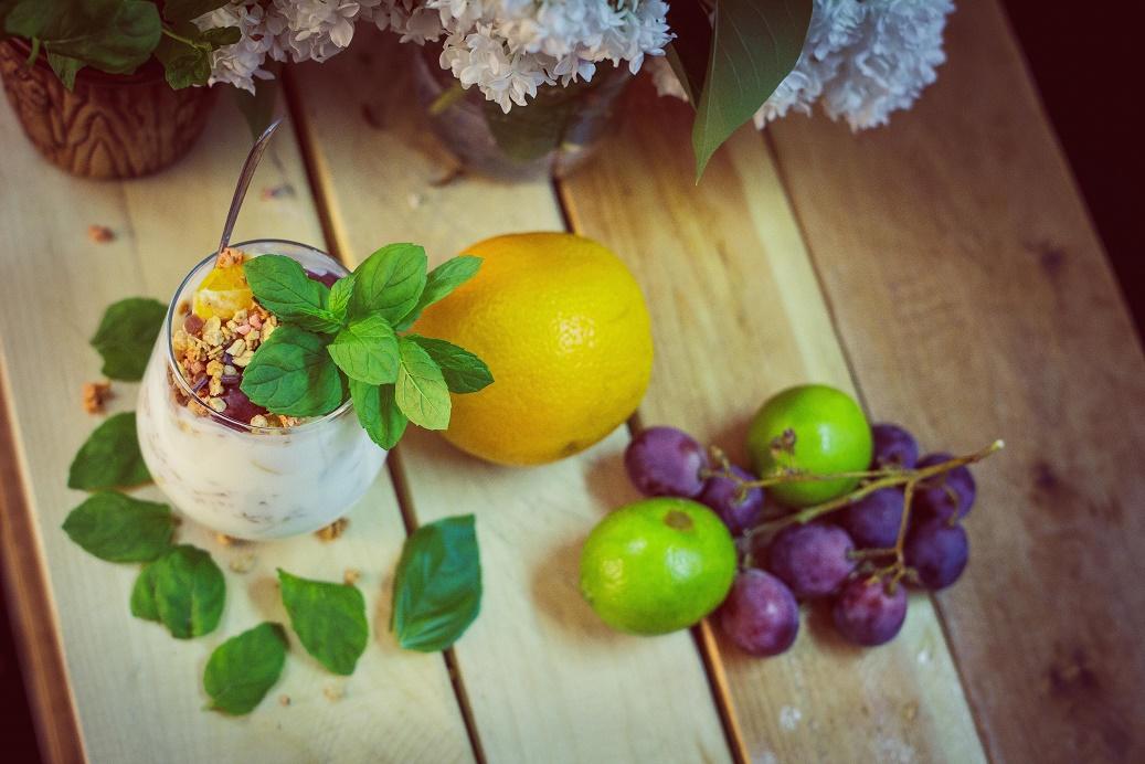 Zdrowy deser owocowy FIT z musli i jogurtem naturalnym. Duża ilość błonnika.