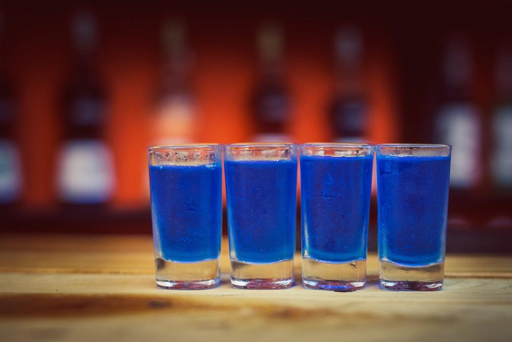 KAMIKAZE - niebieskie orzeźwiające shoty, które znasz z niejednej imprezy.