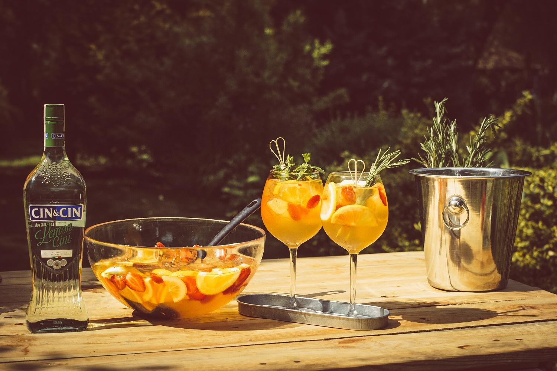 Wakacyjny poncz owocowy z wódką i wermutem.