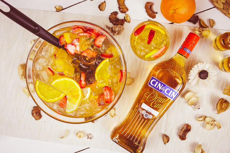 Przepis na poncz alkoholowy z wódką i pomarańczami.