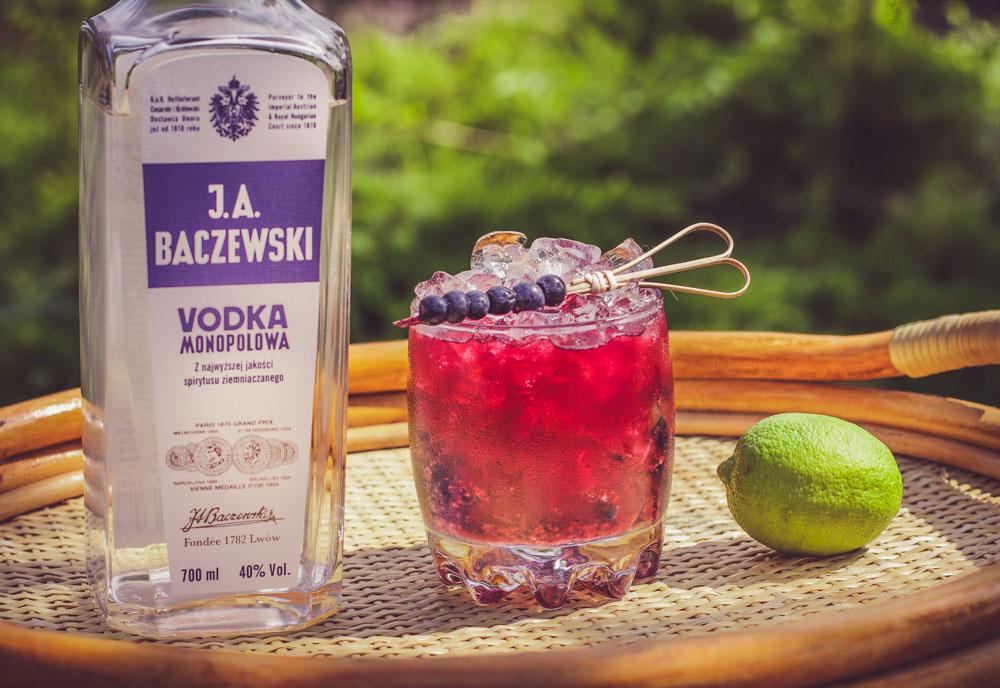 Leśna Caipiroska - smaczny, jagodowy drink z wódką.