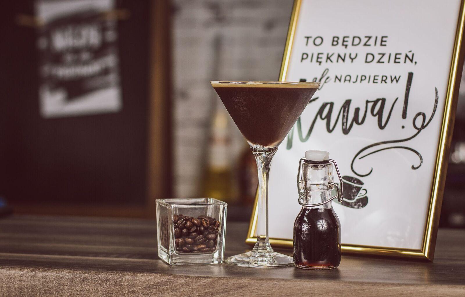 COFFEE MARTINI - pobudzający drink z wódką i kawą.