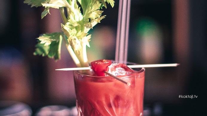 Krwawa Mary - przepis na drinka z wódką i sokiem pomidorowym.