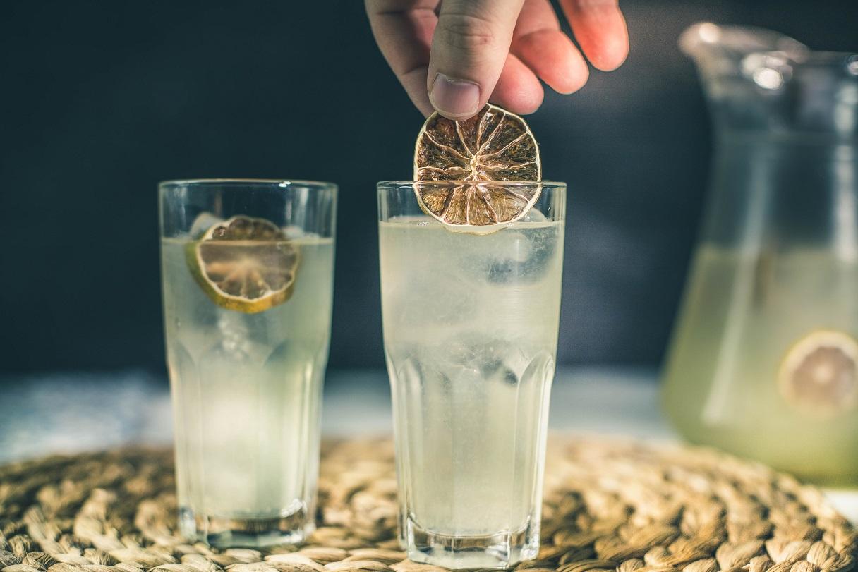 Przepis na lemoniadę cytrynową z wodą gazowaną w 5 minut.