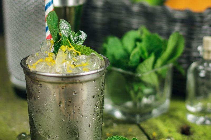 Mint Julep przepis - klasyczny drink z whisky i miętą, swoją historią sięgający do początku XVIII wieku.