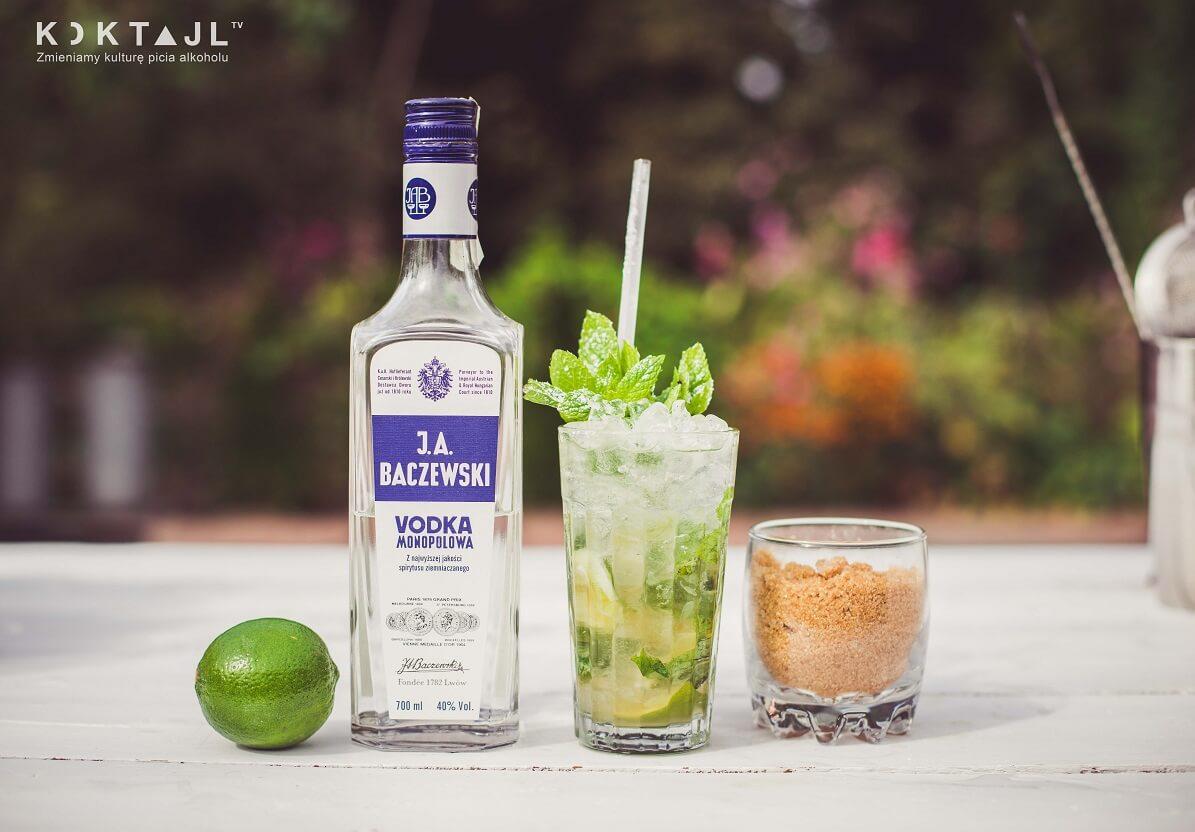 Jak zrobić polskie Mojito (Mohito)  z wódką. Prosty i smaczny przepis na drinka z miętą.