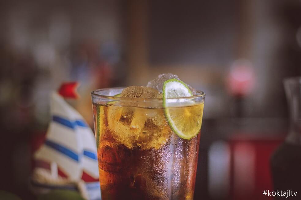 Whiskey z pepsi i limonką. Przepis i proporcje.