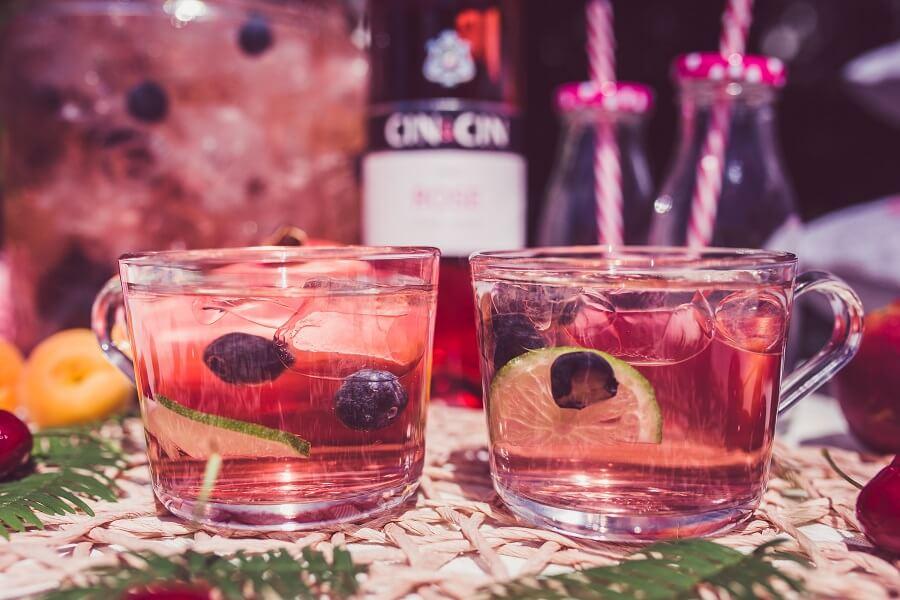 Przepis na poncz z różowym winem i owocami. Smaczny i prosty.
