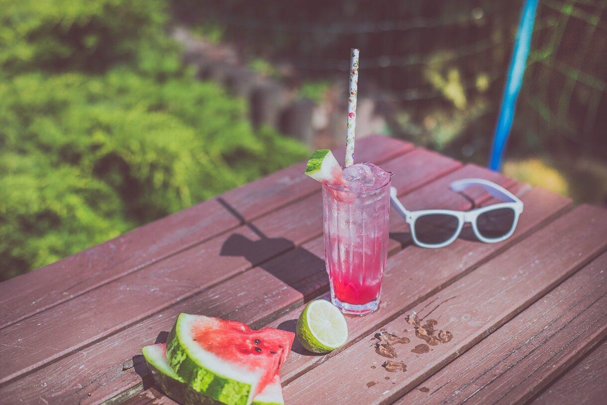 Warstwowy drink z arbuzem i wódką w kolorze biało czerwonym.