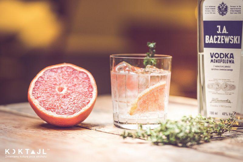 Wódka z wodą sodową i grejpfrutem.
