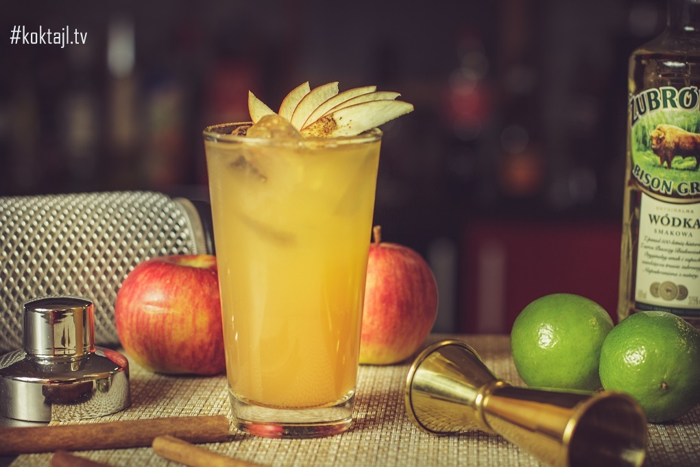 Szarlotka drink. Żubrówka z sokiem jabłkowym.